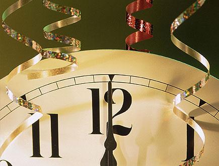 קלוז אפ של שעון קיר בשעה 12:00 על רקע ירוק (צילום: jupiter images)