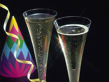 שתי כוסות שמפניה גבוהות עם סרטים ומשרוקיות של מסיב (צילום: jupiter images)