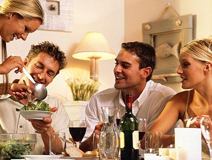 שני זוגות יושבים בארוחה עם סלט, יין ונרות (צילום: jupiter images)