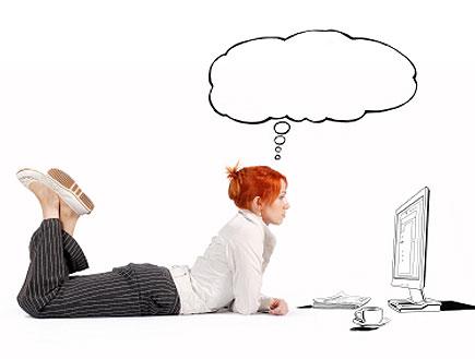 בחורה ג'ינג'ית שוכבת ואיור של מחשב נישא ומחשבות מע (צילום: abu, Istock)