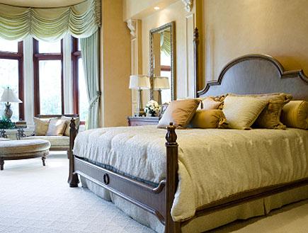 חדר שינה יוקרתי ומעוצב עם מיטה ענקית, מראה וכורסאו (צילום: istockphoto)
