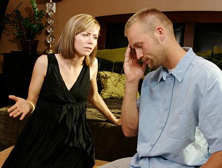 בחורה כועסת על בחור (צילום: gollykim, Istock)