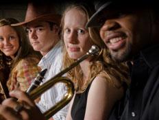 4 אנשים עם כלי נגינה,גיטרה, חצוצרה וחליל (צילום: Michael Westhoff, Istock)
