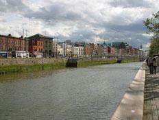 בתים צבעוניים על גדות נהר בדבלין