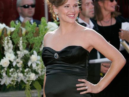 סלברטאיות בהריון 14- ג'ניפר גארנר בשמלה שחורה (צילום: Reuters)