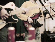 מוזיקאים בלהקת רוק-אדם מנגן בגיטרה (צילום: gremlin, Istock)
