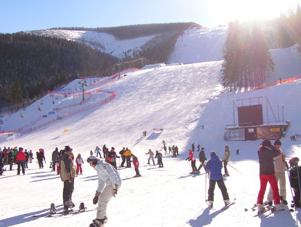 אנשים עושים סקי בקזחסטן