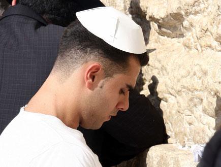 מתפלל בכותל (צילום: עודד קרני)