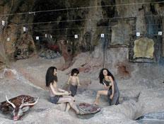 בובות של אדם קדמון במערה (צילום: איל שפירא)