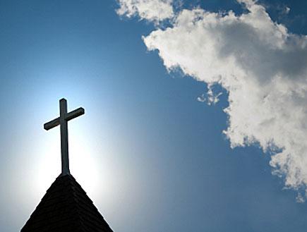 צלב בראש כנסייה, ענננים ברקע (צילום: אור גץ, istockphoto)