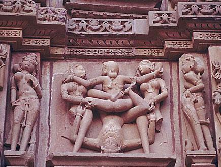 פסלים של אנשים מתוך הקאמה סוטרה (צילום: אור גץ, jupiter images)
