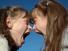טיולי משפחות: שתי ילדות צועקות (צילום: אור גץ, istockphoto)