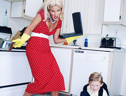 אישה באדום עם סלולרי ומחשב נישא במטבח וילד שופך חל (צילום: kevinruss, Istock)