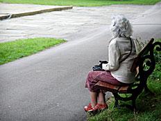 קשישה יושבת על ספסל