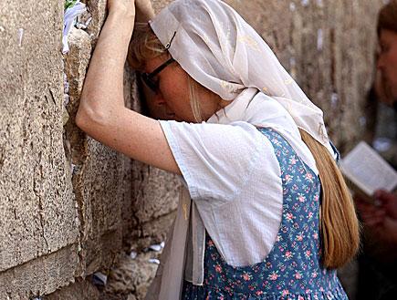 מתפללת בכותל (צילום: עודד קרני)