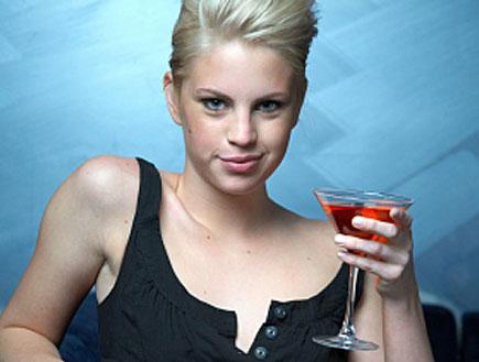 בלונדה שותה מרטיני (צילום: אור גץ, istockphoto)