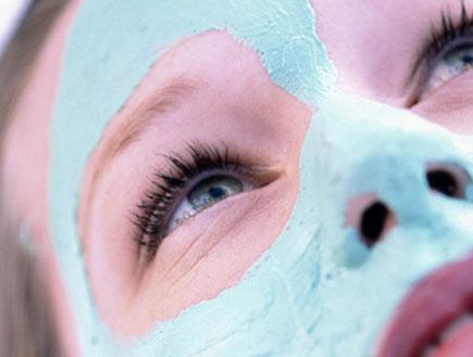 מסכה לפנים 2- פנים של בחורה עם מסכה כחולה עליהם (צילום: אור גץ, jupiter images)