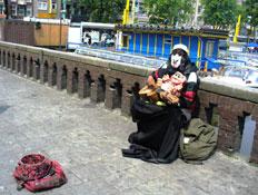 איש מחופש מנגן בגיטרה ברחובות אמסטרדם (צילום: סתיו שפיר)