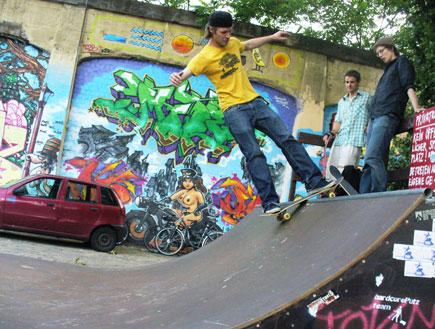 בחור על סקייטבורד בגלריית הצד המזרחי בברלין