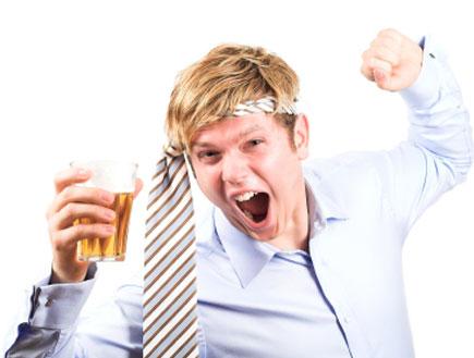 בחור שיכור עם עניבה (צילום: istockphoto)