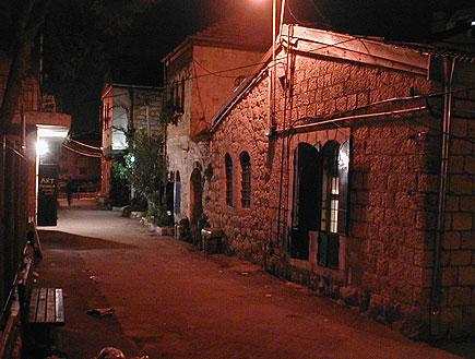 סמטה בשכונת נחלאות בירושלים בלילה (צילום: איל שפירא)
