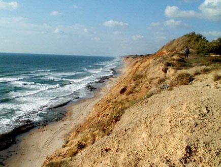טיולים בשרון: צוק על חוף ים בשרון (צילום: אור גץ)