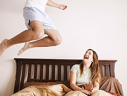 גבר קופץ על מיטה (צילום: jupiter images)