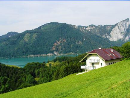 בית על גבעה ירוקה המשקיף על אגם באוסטריה (צילום: סתיו שפיר)