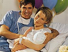 זוג בבית חולים אחרי לידה (צילום: jupiter images)