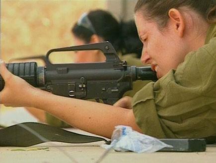 חיילת מכוונת נשק (תמונת AVI: אור גץ, חדשות1 ערוץ 2)