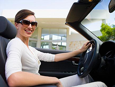אישה יושבת במכונית (צילום: jupiter images)