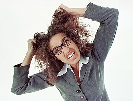 משוגעת מחזיקה את השיער (צילום: jupiter images)