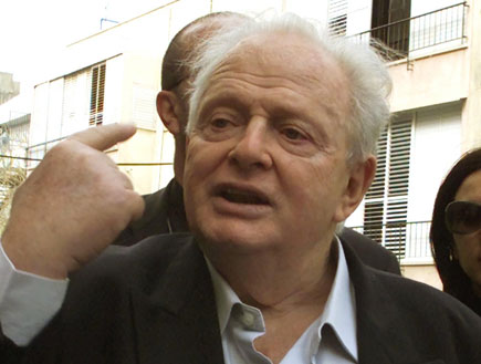 טומי לפיד מרים אצבע (צילום: אור גץ, Reuters)