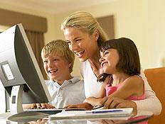 בחורה ועליה ילד וילדה צוחקים מול מחשב (צילום: jupiter images)