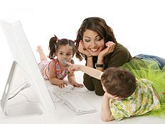בחורה, ילד וילדה שוכבים על הרצפה מול מחשב (צילום: jupiter images)