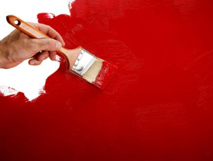 צביעה דקורטיבית של קיר אדום (צילום: istockphoto)