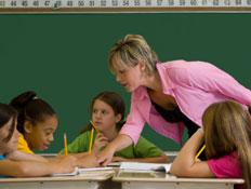 מורה בורוד מלמדת ארבע בנות בכיתה ליד לוח (צילום: Daaron/Bonnie Jacobs, Istock)