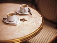 שתי כוסות קפה על שולחן (צילום: אור גץ)