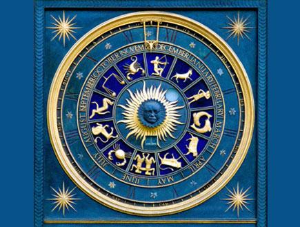 מסגרת כחולה ובפנים גלגל המזלות בצבע זהב,באמצע שמש (צילום: אור גץ)