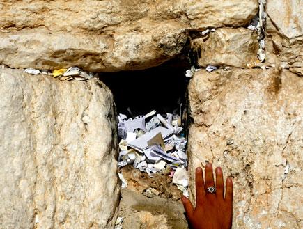 יד עונדת טבעת עם מגן דוד ליד פתח בכותל (צילום: אור גץ, Reuters)