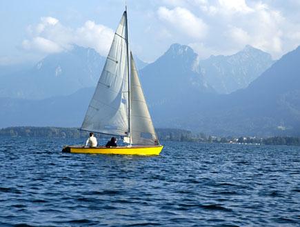 סירת מפרש שטה בים (צילום: ShutterStock)
