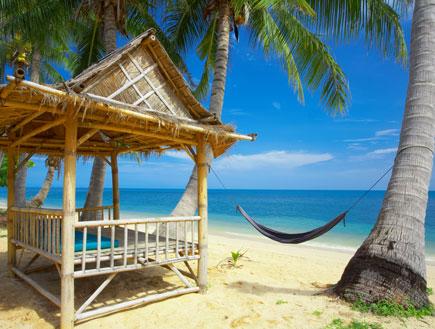 פינת ישיבה וערסל על חוף ים יפיפיה (צילום: ShutterStock)