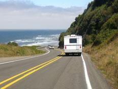קרוון נוסע על כביש עם נוף של ים