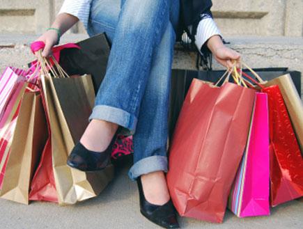 שקיות קניות לרגלי אישה