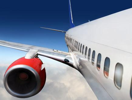 כנף של מטוס באוויר (צילום: ShutterStock)