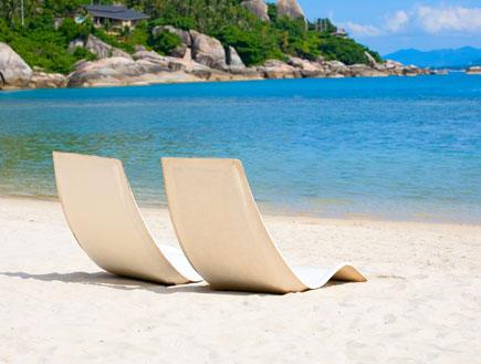 שני כיסאות ריקים על חוף הים (צילום: ShutterStock)