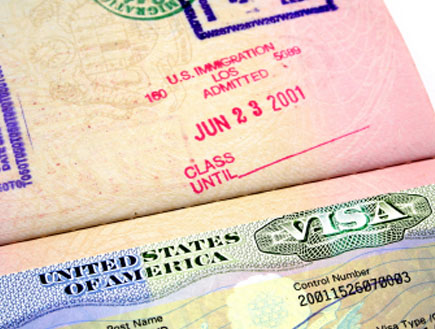 ויזה לארצות הברית בתוך דרכון (צילום: iStock)