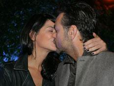 אקי אבני וסנדי בר מתנשקים (צילום: שוקה)