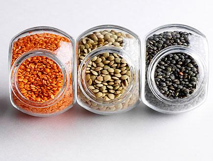 עדשים בשלושה צבעים בתוך צנצנות (צילום: mako)