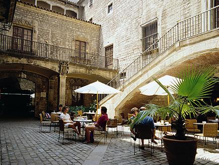 אנשים בבית קפה בחצר פנימית ברובע הגותי בברצלונה (צילום: אור גץ)